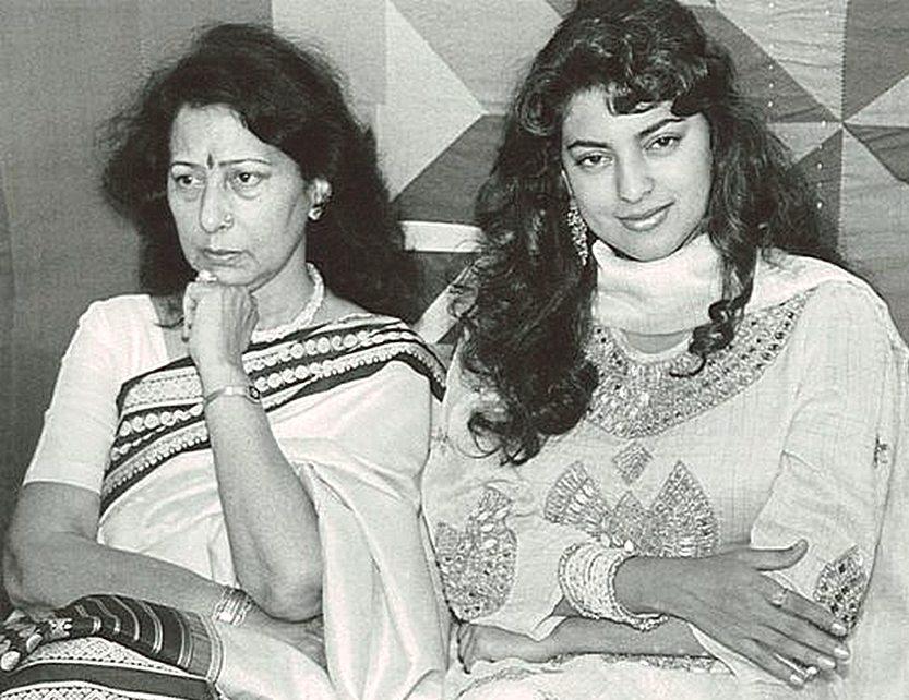 Джухи с матерью, Шармилой Чавла