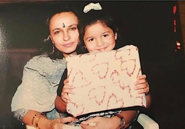 Алия Бхатт в детстве с мамой Сони Раздан